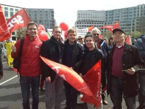 SPE-Aktivisten mit dem regierenden Bürgermeister Michael Müller bei der 1.Mai Demonstration